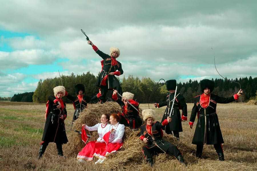 Всадники-други походная строевая песня донских казаков.